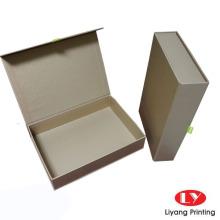 Goldene Farbgeschenkbox, die magnetischen Abschluss schließt