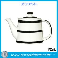 Tetera de porcelana china en blanco y negro simple