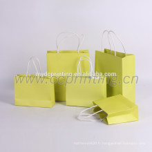 sacs à provisions en papier à main jaune papier paquet pour le vêtement