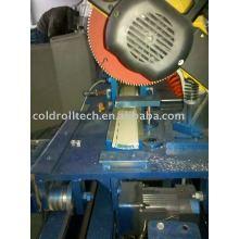 Schäumender Aluminiumrollladen, der Maschine bildet