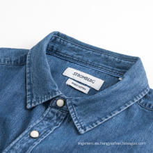Camisa de mezclilla cómoda azul de manga larga para hombres de moda