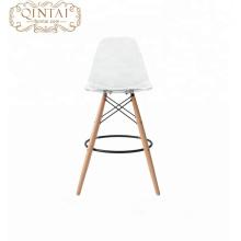 Alibaba proveedores de China nuevo producto aspecto escandinavo asiento de plástico de estilo nórdico y patas de madera de plástico silla de comedor silla de bar silla