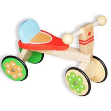 Super nettes hölzernes Kind, das Fahrrad geht