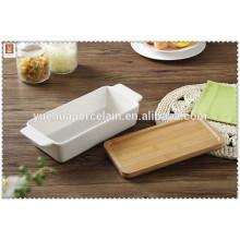 Хорошая прямоугольная белая керамическая выпечка с бамбуковой крышкой