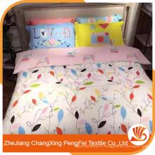 Le tissu de drap de lit pur et frais dessine avec les feuilles