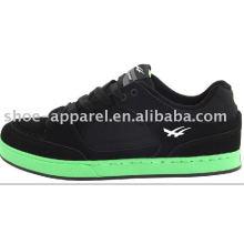 sapatos de skate de camurça preta com sola verde