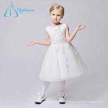 La muchacha de flor simple moderna al por mayor hermosa viste blanco