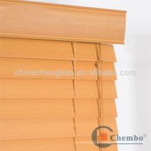 Stores en fausse bois de 50 mm avec cantonnière décorative
