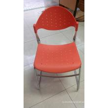 Plastikesszimmer-Stühle mit dem Metallbein
