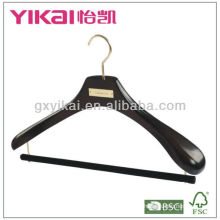Черная деревянная вешалка для фирменной одежды