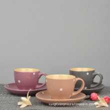 Juego de café y platillo con diseño de lunares y diseño acristalado