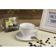 Único forma de porcelana branca xícara de café e pires