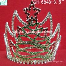 Estrelas na bela coroa da árvore de Natal, coroa de cinco estrelas