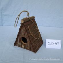 Casa de pájaro de corteza de madera hecha a mano