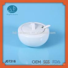 Weiße keramische Gläser mit Deckel und Löffel / Honiggläser / Küchenaufbewahrung, Gewürzglas