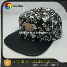 Custom Design Fünf Panel schwarz Kunstleder Druck Snapback Cap mit Metall-Logo