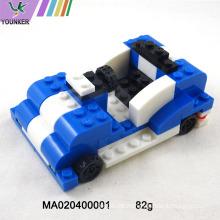Kinder spielen Plastikbau-Baukasten-Blockspielzeug