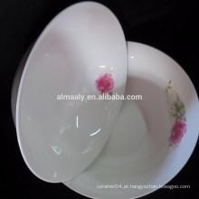 tigela de macarrão de cerâmica branca com decalques