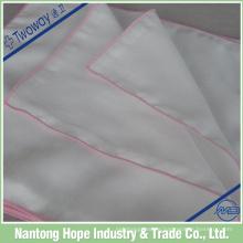 Weiß mit farbigem Taschentuch aus gerolltem Saum