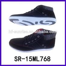 Los hombres calzan los últimos zapatos del deporte los deportes activos calzan los zapatos de los hombres del deporte