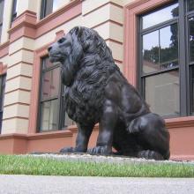 Antikes Haustürpaar von billigen italienischen Tierlöwe-Bronzestatuen im Freien
