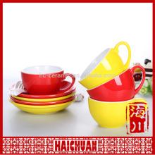 Красная новая кофейная чашка из фарфора и блюдце
