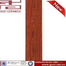piso de cerámica que parece diseño de madera