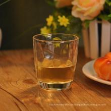 Prägen Sie Muster innerhalb des Whisky-Glas-Saft-Glases