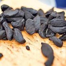 Alho preto descascado fermentado como alimento natural