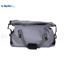 Großer bequemer wasserdichter Rucksack verwendbar für das Reisen oder das Wandern oder Wassersport für reifen Mann oder Familie
