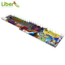 Mehrfarbiger großer Trampolinpark mit weichem Innenspielplatz