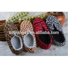O leopardo ou zebra que imprime o projeto novo 2016 sapatas de inverno do bootie do deslizador interno
