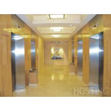 Edificio comercial con ascensor y sala de máquinas pequeñas