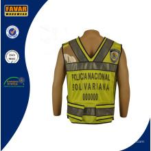 Policía de tránsito vistiendo chaleco reflectante