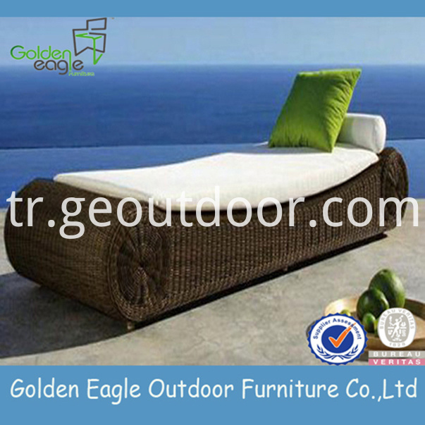 outdoor wicker chaise lounge