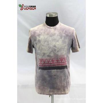 Jersey Dirty Wash em torno do pescoço com camisa estampada