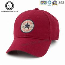 O homem da forma ostenta o boné de beisebol do chapéu com logotipo tecido feito sob encomenda do bordado do emblema