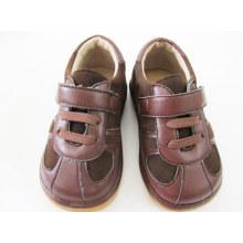 Brown-Veloursleder-Baby-quietschende Schuhe