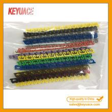 Bunter Plastikclip auf Kabelmarkierungen