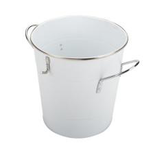 Cubo de hielo de metal con cuchara blanca