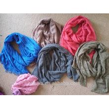 La manera se descolora la bufanda apenada del algodón