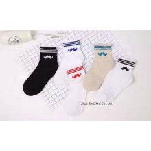 2016 Girl′s modischer Jacquard Muster Socken anpassen