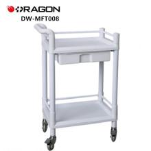 Docteur ou infirmière approuvé par la FDA utilisant l'instrument multifonctionnel dans le chariot d'hôpital