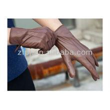 Dame trägt neuen Stil voller Handleder Handschuh
