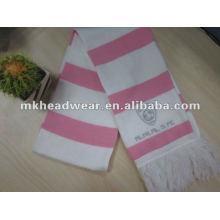 La máquina de la señora hizo punto la bufanda del balompié de la raya en color rosado y blanco