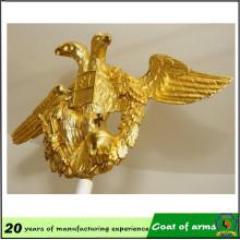 Emblema de metal con forma de águila dorada