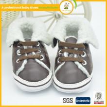Chaussures en laine bébé en hiver