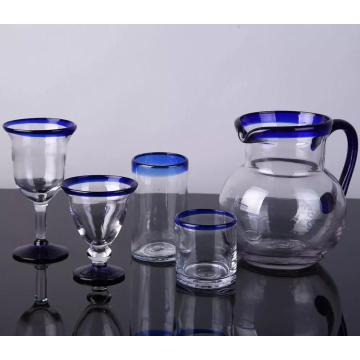 tazza e brocca calice in vetro blu con bordo blu