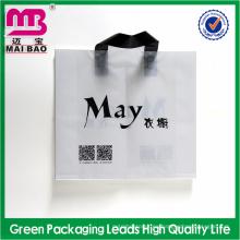 bolsa de plástico suave de la manija del lazo del estilo de moda para los trajes del embalaje