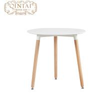 Mesa de comedor redonda de MDF y patas de madera.